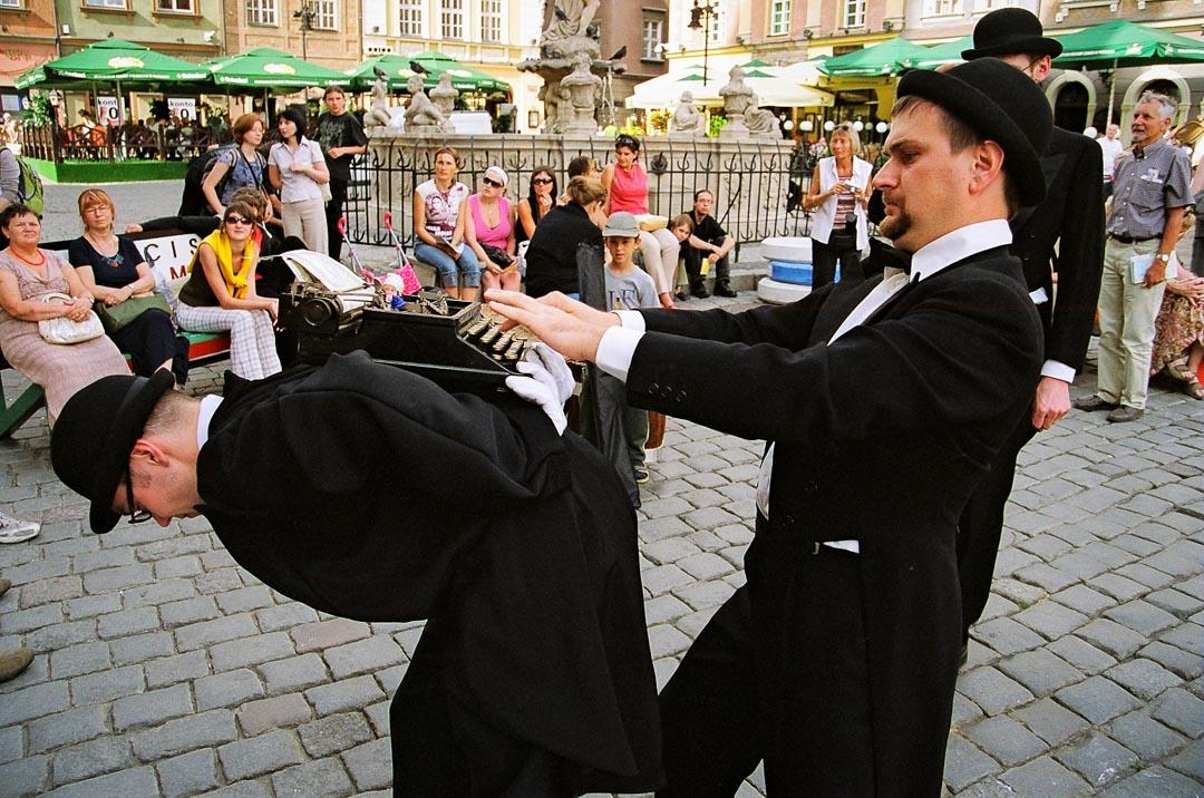 Występ Teatru u Przyjaciół na Starym Rynku w Poznaniu